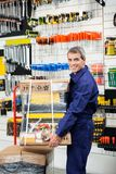 Работник держа пакет инструмента на вагонетке Стоковое Изображение RF