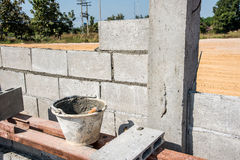 Работник делает бетонную стену блоком цемента Стоковая Фотография RF