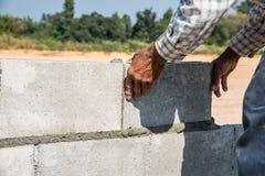 Работник делает бетонную стену Стоковое Изображение