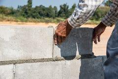 Работник делает бетонную стену Стоковое Изображение RF