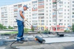 Работник делает делать водостойким швов на мосте Стоковые Изображения