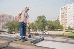 Работник делает делать водостойким швов на мосте Стоковое фото RF