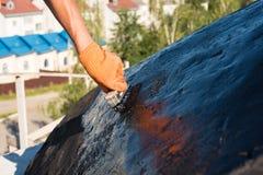 Работник делая делать водостойким Стоковые Изображения