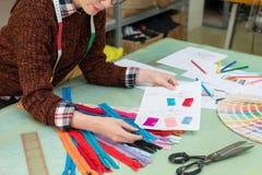 Работник женщины компании производителя одежды Стоковое Изображение