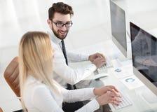 Работник женщины сидя на столе в офисе Стоковое фото RF