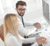 Работник женщины сидя на столе в офисе Стоковое Изображение RF