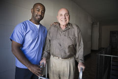 Работник здравоохранения с пожилым человеком Стоковое Изображение RF