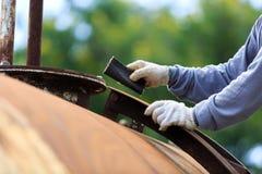 Работник извлекает краску бумагой песка стоковое фото rf