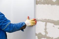 Работник изолирует дом от пластмассы пены Стоковое Изображение RF