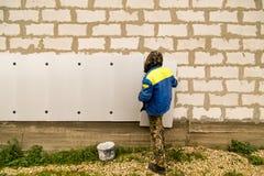 Работник изолирует дом от пластмассы пены Стоковые Фото