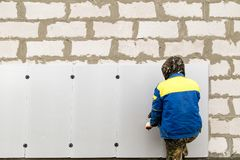 Работник изолирует дом от пластмассы пены Стоковое Фото