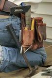 работник инструмента пояса kneeling Стоковая Фотография