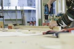Работник используя электрическую отвертку Стоковая Фотография