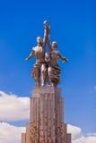 Работник и женская статуя сельскохозяйственного рабочего Стоковое фото RF