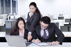2 работник и руководитель с отчетом финансовым Стоковая Фотография RF
