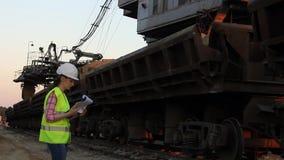 Работник идя вдоль поезда сток-видео