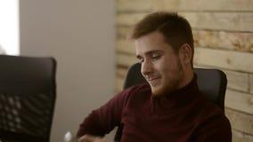 Работник как раз сделал крупную сделку и наслаждается его кофе видеоматериал
