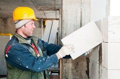 работник каменщика конструкции стоковое фото