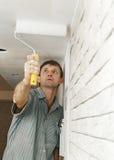 работник картины колеривщика потолка Стоковая Фотография