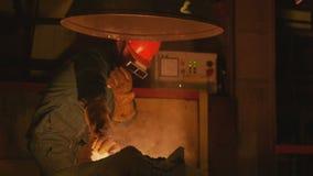Работник кладет детали металла в комбинат в мастерской фабрики сток-видео