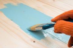 Работник красит доску Стоковая Фотография RF