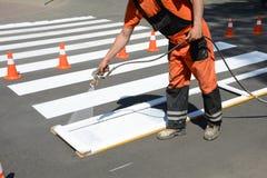 Работник красит пешеходный crosswalk Технические картина работника человека дороги и pedestr замечать Стоковая Фотография RF