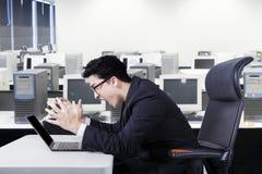 Работник крича на компьтер-книжке Стоковое Фото