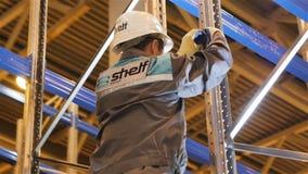 Работник крупного плана в форме с частью структуры отладки логотипа полки сток-видео