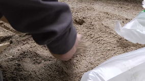 Работник кладя песок в форму видеоматериал