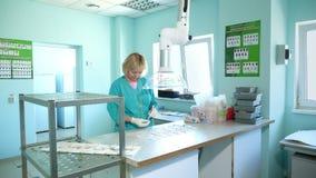 Работник лаборатории изучая, рассматривает пусканные ростии, укорененные семена мозоли, в лаборатории Лабораторные исследования н