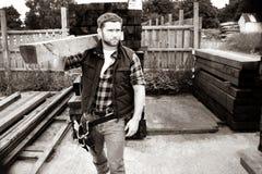 Работник лесного склада, плотник, выбирающ, seclecting планки нося тимберса Стоковые Изображения