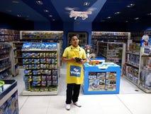 Работник магазина игрушек демонстрирует как лететь трутень игрушки Стоковая Фотография