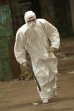 работник маски идущий стоковые изображения
