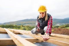 Работник молодой женщины на строительной площадке стоковое фото rf