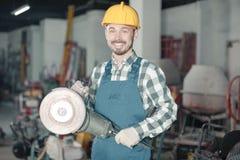 Работник начиная собрать с scaffoldings Стоковое Изображение RF