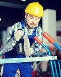 Работник начиная собрать с scaffoldings Стоковые Фотографии RF