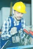 Работник начиная собрать с scaffoldings Стоковое Фото