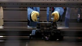 Работник на автоматизирует машину на промышленной фабрике сток-видео