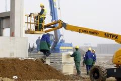 Работник на автотелескопической вышке в строительной площадке стоковое фото rf
