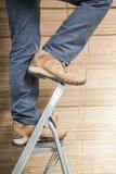 Работник на лестнице в складе Стоковая Фотография RF