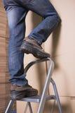 Работник на лестнице в складе Стоковое Изображение RF