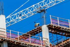 Работник на работе конструкции высотного здания опасность Стоковое Изображение