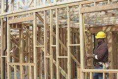 Работник на строительной площадке проверяя форма-опалубку Стоковая Фотография