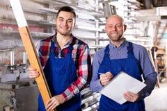 Работник на фабрике с боссом стоковое изображение rf