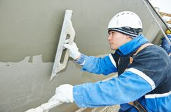 Работник на штукатурить работа фасада Стоковое Фото
