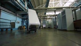 Работник нижнего взгляда в голубой форме транспортирует законченный холодильник акции видеоматериалы