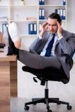 Работник ноги раненый мужской в офисе стоковые фотографии rf