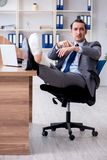 Работник ноги раненый мужской в офисе стоковое изображение rf