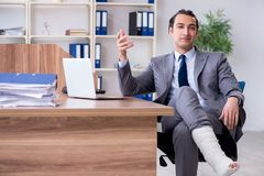 Работник ноги раненый мужской в офисе стоковые изображения
