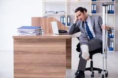 Работник ноги раненый мужской в офисе стоковое изображение